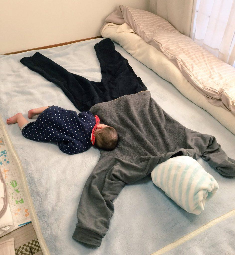 夫がイタズラで設置していったとーちゃんの抜け殻にすがりつく息子かわいい