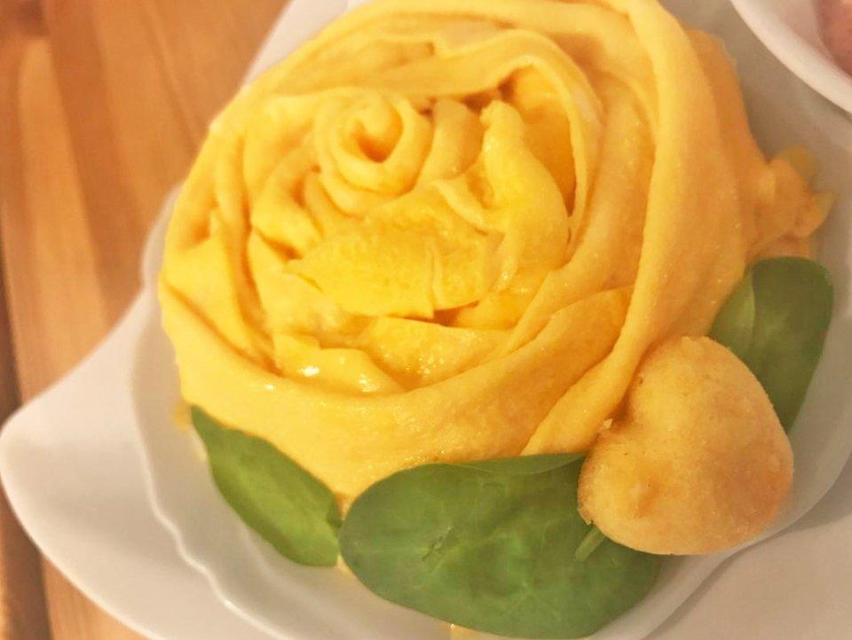 バラの形をしたオムライス