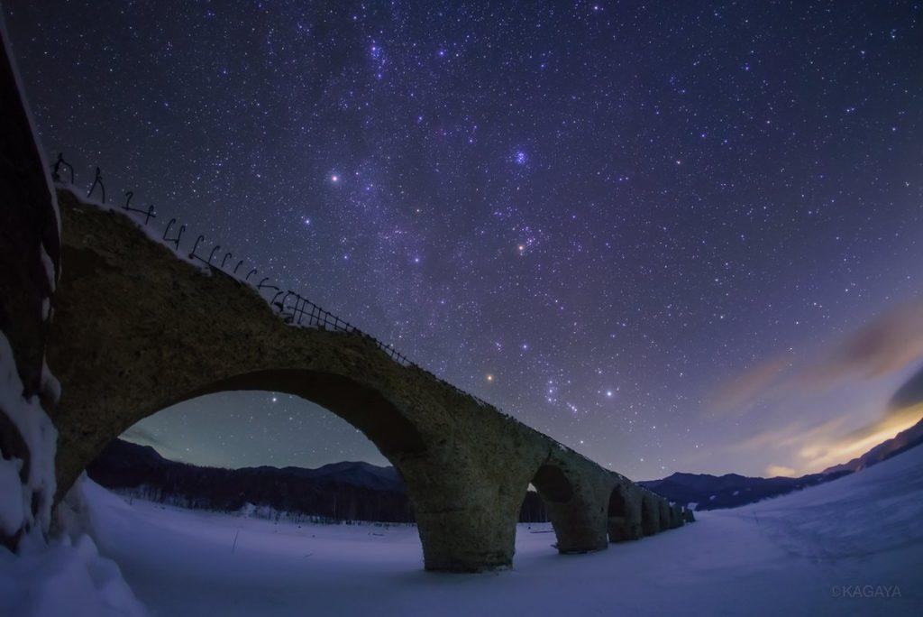 星降る夜、凍結した湖に眠る銀河鉄道の橋