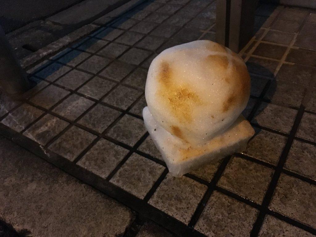 焼いたお餅のような雪ダルマ