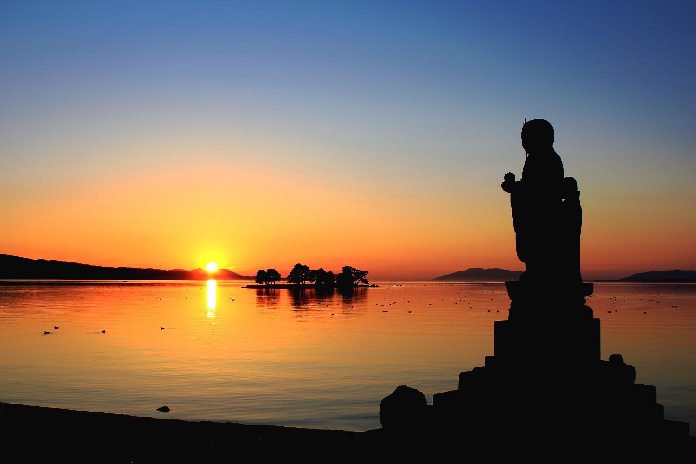 静寂に包まれた宍道湖に浮かぶ夕陽