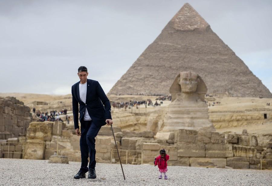 「世界一背の低い女性」と「世界一背の高い男性」