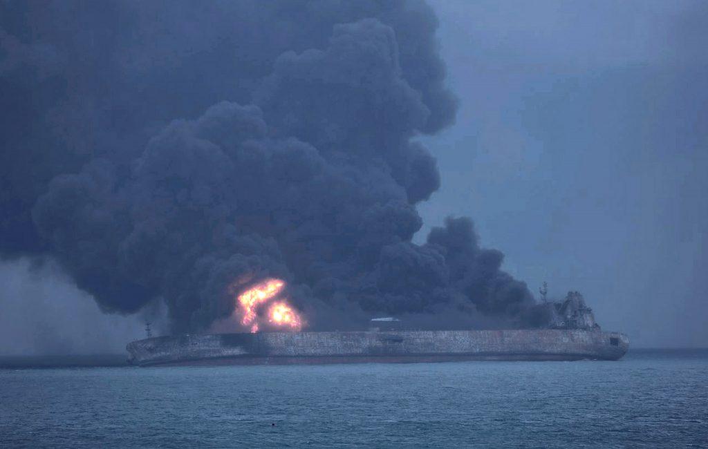イランの石油タンカー、東シナ海で爆発後に沈没
