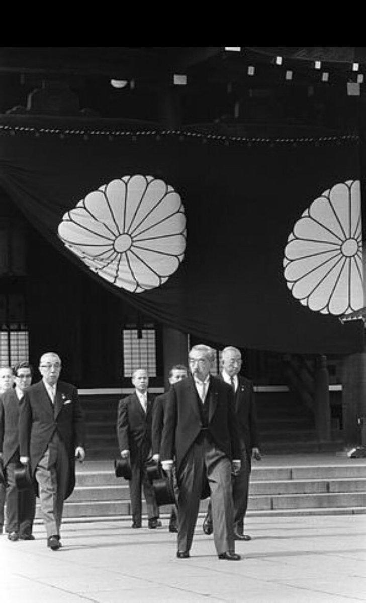 靖国神社創立100年記念大祭に当たり、同神社を参拝した昭和天皇=1969年10月