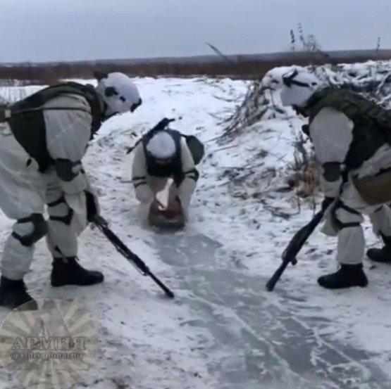 対戦車地雷でカーリングをするロシア兵士たち
