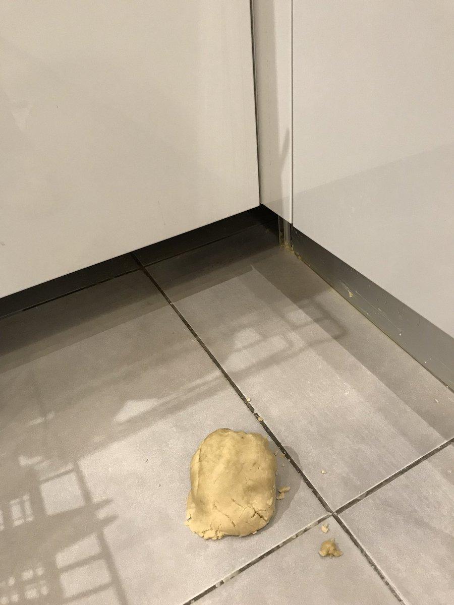 【オイル掃除】床に油をこぼしたら、新聞紙より小麦粉が有効
