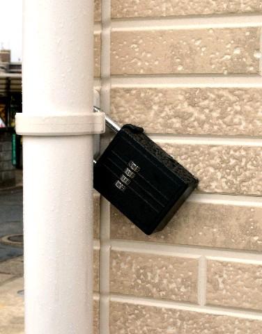 「民泊」住宅の雨どいには暗証番号で開くキーボックスが付いていた
