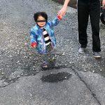 宙に浮く子供