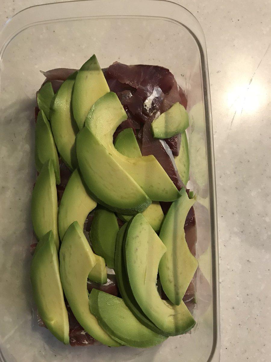 【簡単美味しい漬け】アボガドとハマチを一晩冷蔵庫で
