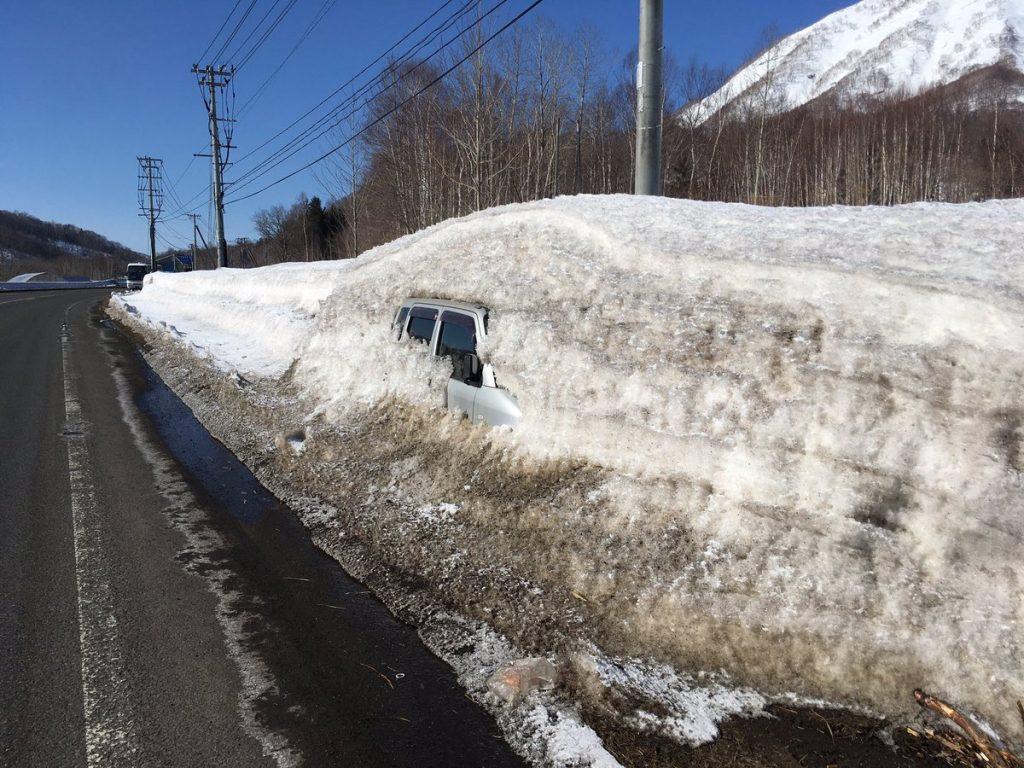 雪の下から出てくる車
