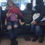 電車の中国人親子。靴のままイスに飛び乗り外を眺める子供。