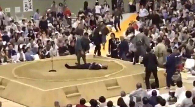 大相撲巡業、市長倒れ救命中「女性は土俵から下りて」