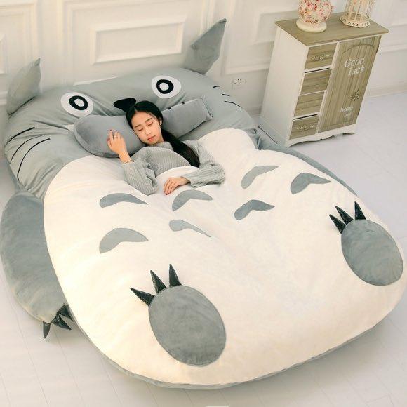 トトロのお腹の上で寝ている気分を味わえるベッド
