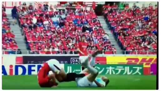 【レッズ槙野&コンサ戸倉】顔面蹴りから一転して新喜劇コントの様なシーン