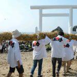 【糸島・二見ケ浦海岸の夫婦岩】1.2トンの大注連縄を80人がかりで掛け替え