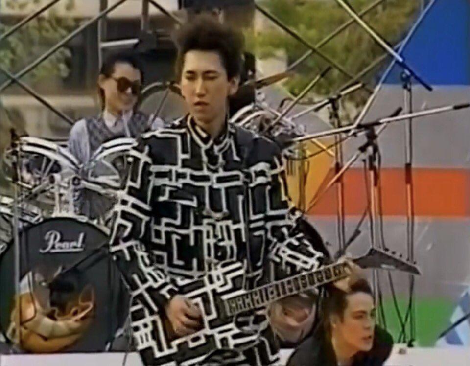 ギターが全く見えない。日米保護色対決。
