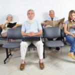 【生活習慣で腰痛に】待合室で足広げて座ってる人ほど腰が痛いって言う。