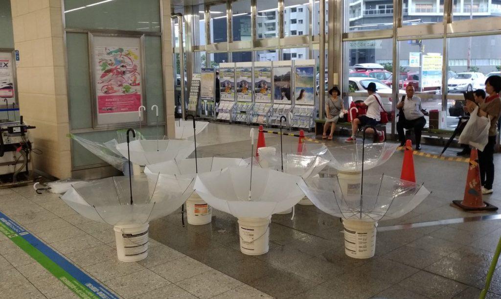 現代美術の展示かと思ったら、雨漏り受けだった
