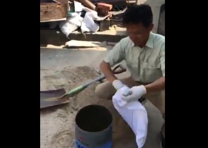 【動画で解説】土砂を簡単に泥袋に入れる方法