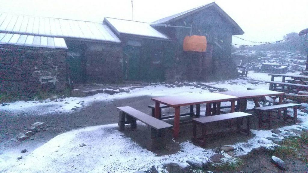 【初冠雪】8月17日0時52分黒岳石室にて