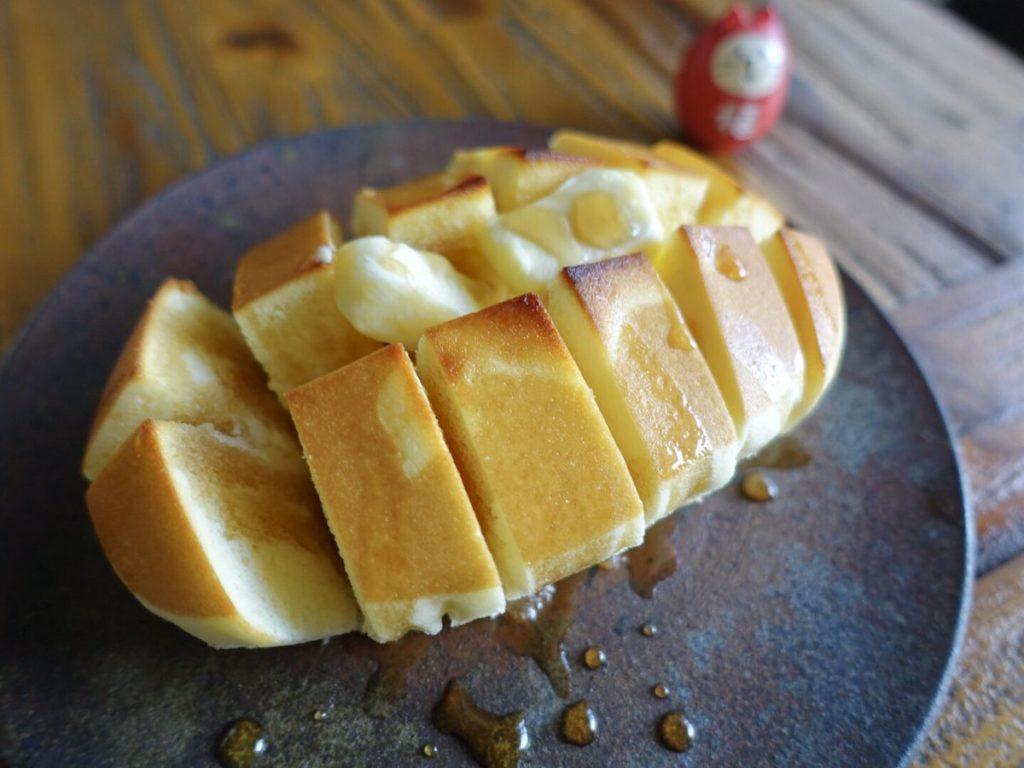チーズ蒸しケーキに切れ目入れて焼いてバターとメープルシロップ