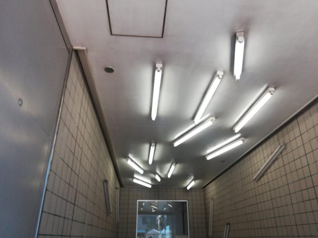 清澄白河駅の蛍光灯の配置が不思議な件