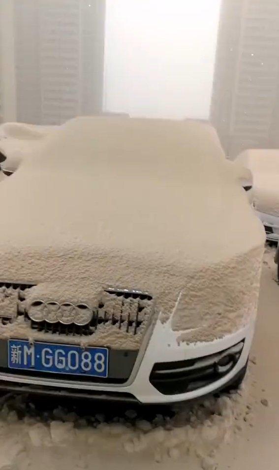 【中国】大気汚染の結果、とんでもない色の雪が降る