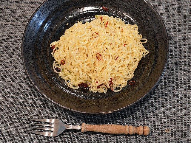 「サッポロ一番塩らーめん」で作る簡単ペペロンチーノ