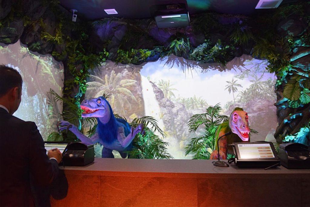 「変なホテル福岡 博多」フロントに恐竜ロボット、プロジェクターで映像演出も