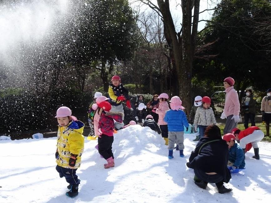 福岡市動植物園「雪まつり」で氷の滑り台やたき火も