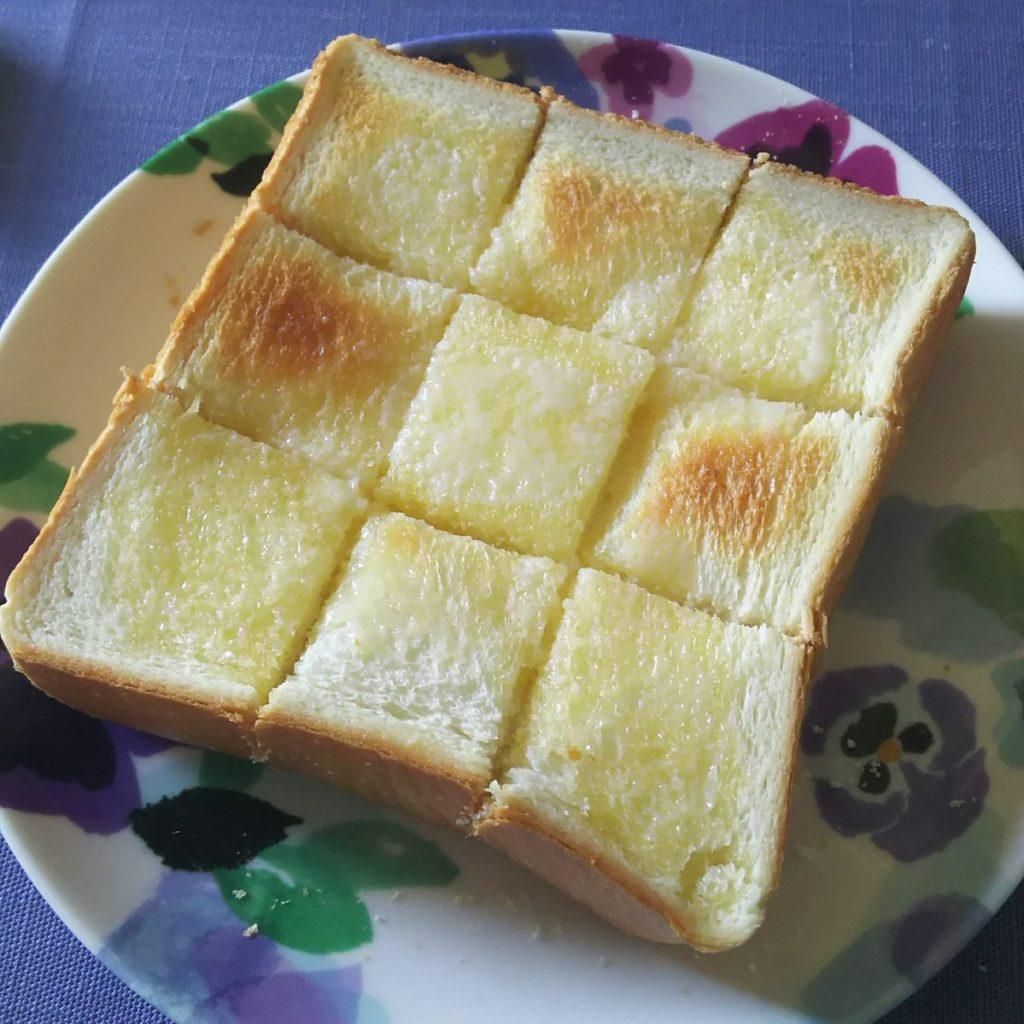厚切り食パンを焼いて井の字に切ってバター塗ってまた焼いて追いバター