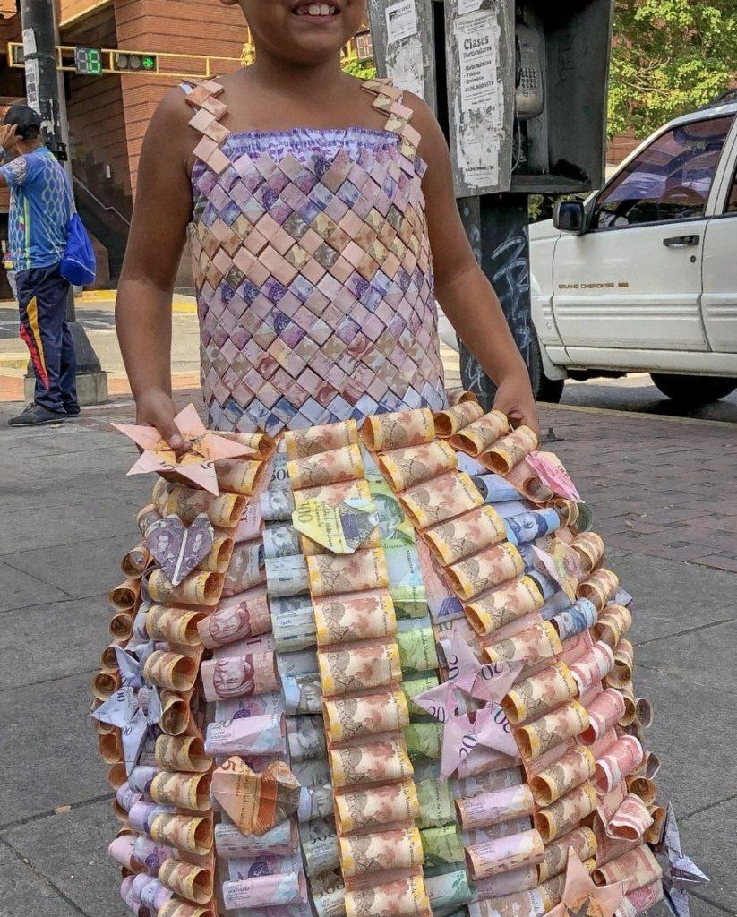 【ベネズエラ】インフレが激しいので紙幣でドレスを作ってみた