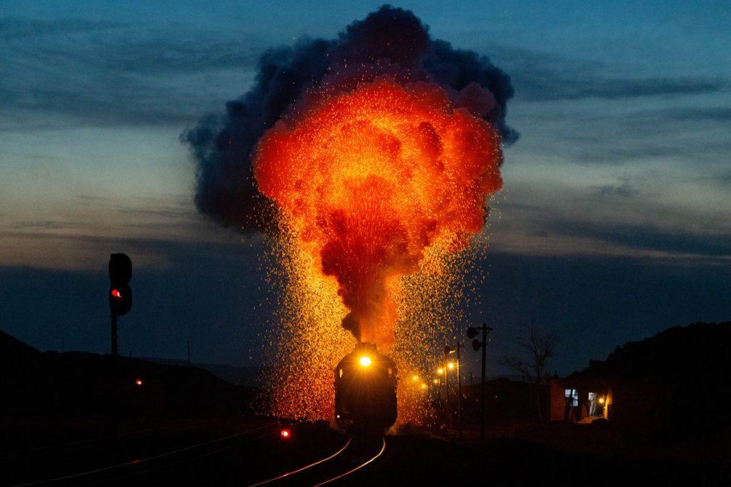 中国ウイグル自治区の炭鉱を走る汽車