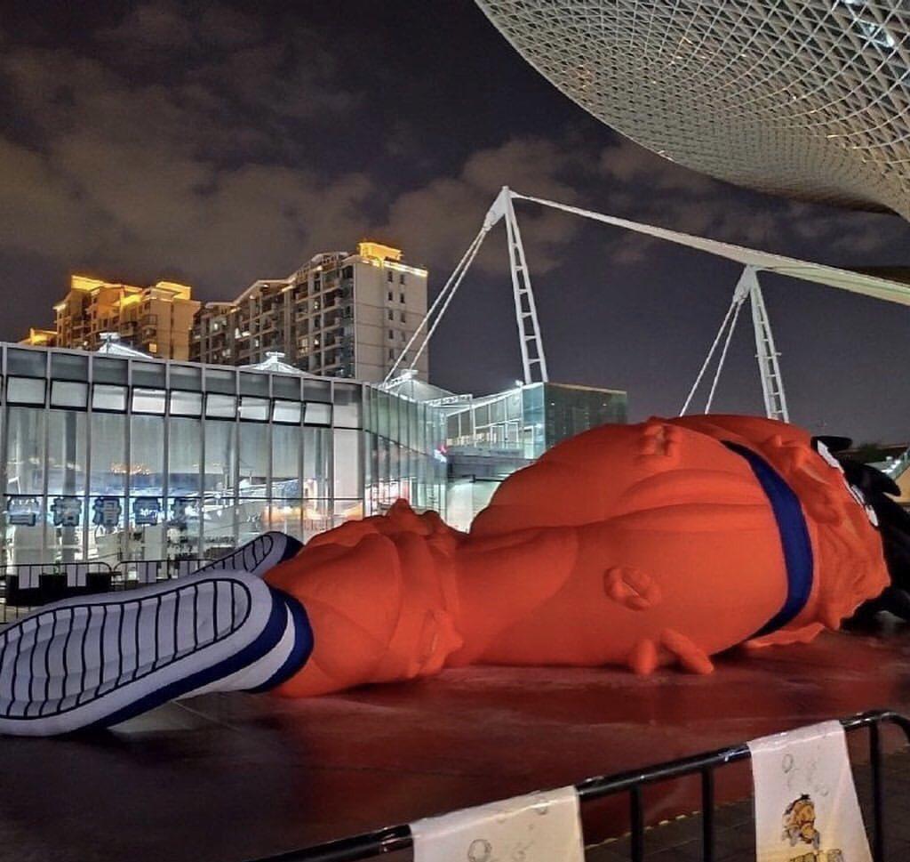 中国の広場に展示された故・巨大ヤムチャ像