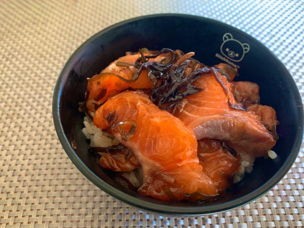 サーモンの刺身に塩昆布をまぶして数時間おくと美味しい