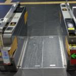 IC料金不足の客を下に落とす床パッカーンシステムを導入
