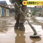 地雷探索してる隊員の前を歩きながら撮るカメラマン