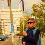 白い杖を真っ直ぐ上にあげているのは視覚障害者のSOS