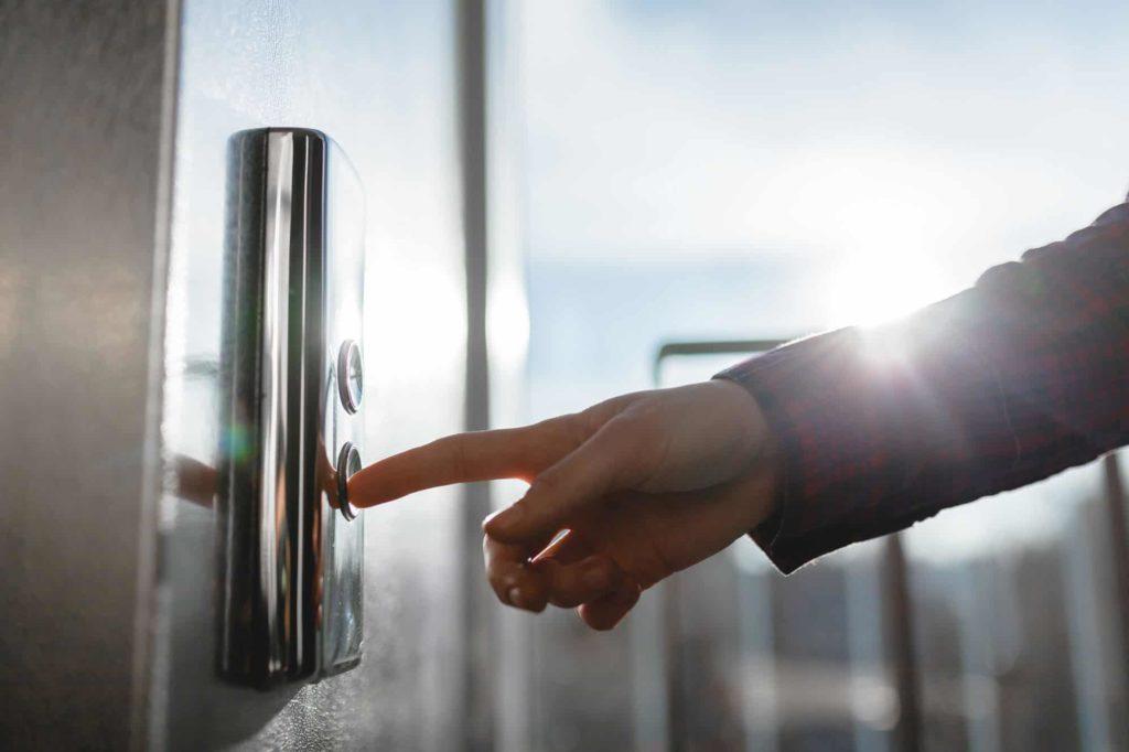 エレベーターのボタンを押す時、最初に動く筋肉