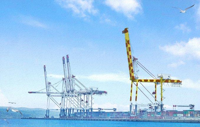 博多港に〝巨大キリン〟福岡市が大型クレーン再塗装へ